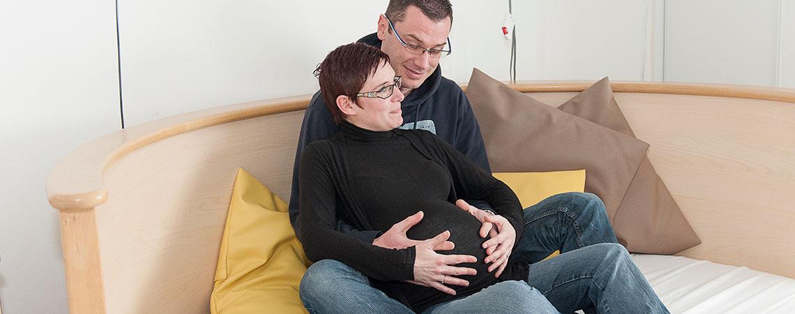 couple un homme et une femme enceinte chambre zen maternité