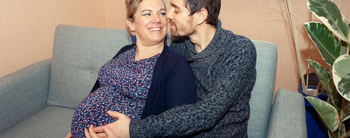 un-couple-un-homme-et-une-femme-enceinte-à-domicile-assis-sur-un-canapé